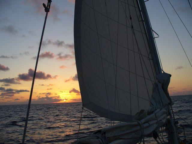 Zdjęcia: między Karaibami a Azorami, Atlantyk, Wschód słońca z żagielkiem, WYSPY KARAIBSKIE