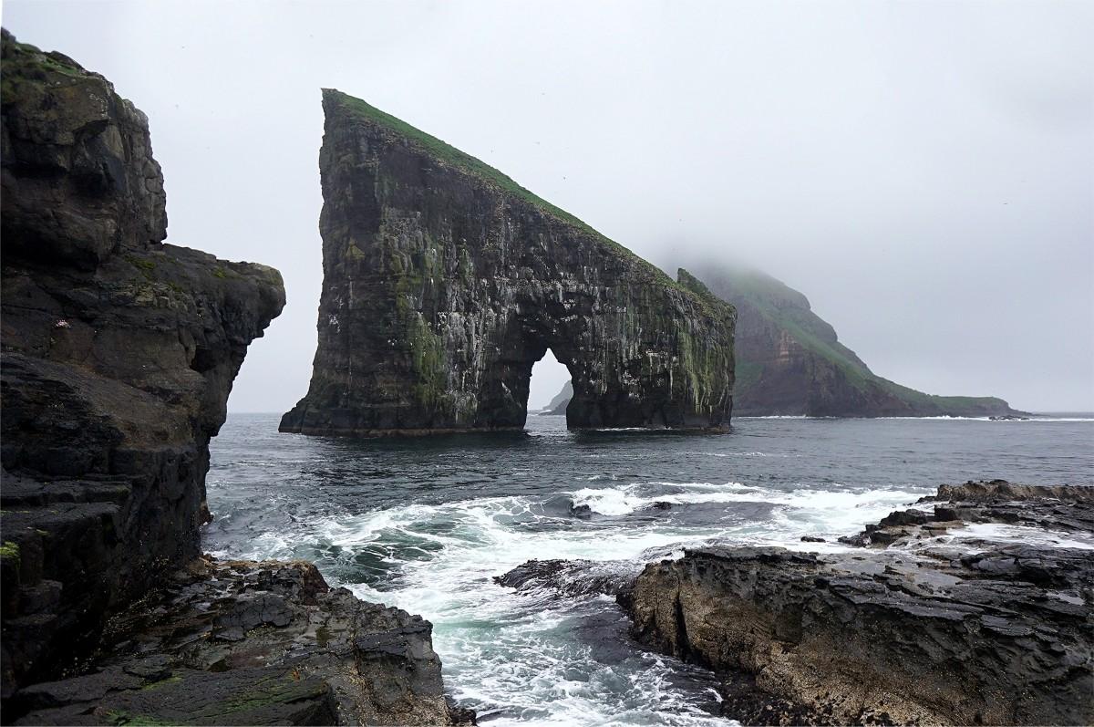 Zdjęcia: Sørvágur, Wyspa Vágar, Skały Drangarnir, widok z klifu, WYSPY OWCZE