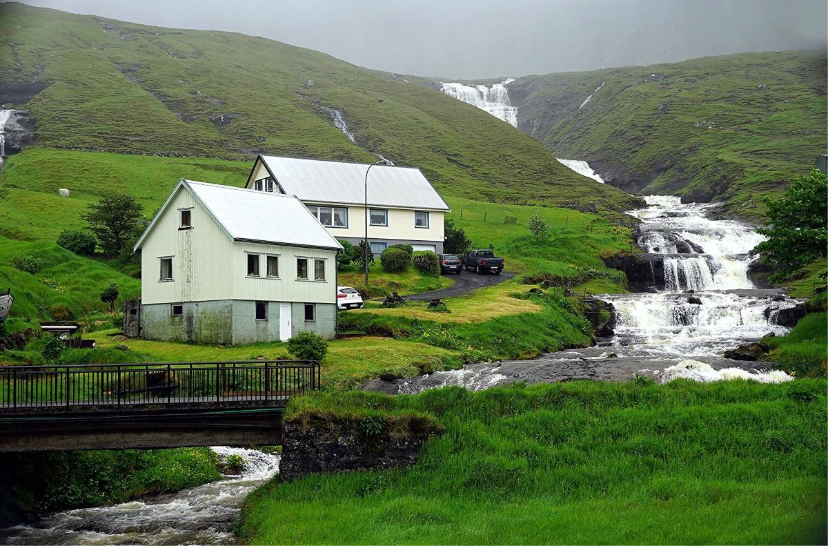 Zdjęcia: ., w  drodze na Wyspę Kalsoy, Nad wodospadem, WYSPY OWCZE
