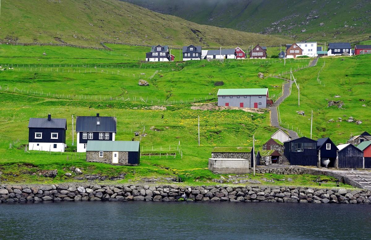 Zdjęcia: Syðradalur, Kalsoy, Tutaj dopłyniesz promem, WYSPY OWCZE