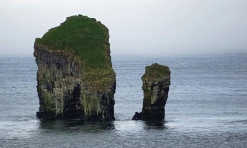 Zdjecie WYSPY OWCZE / Wyspa Vágar / Sørvágur / Skały Drangarnir, widok z łodzi