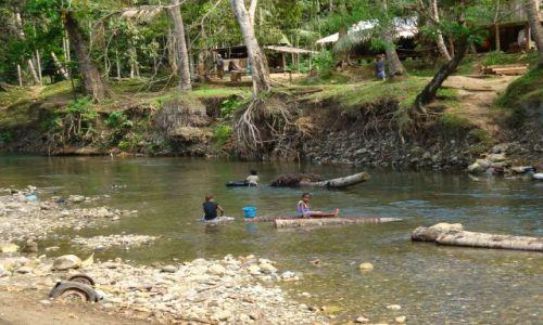 WYSPY SALOMONA / Pacyfik, Oceania / Guadalcanal, rzeka Mataniko / Pranie w rzece Mataniko