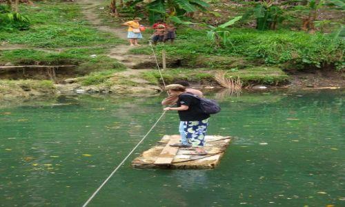 Zdjęcie WYSPY SALOMONA / Pacyfik, Oceania / Guadalcanal, rzeka Mataniko / Najlepszy sposób na przedostanie się do wioski to położyć na wodzie jakąś starą dechę...