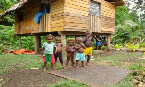 Zdjęcie WYSPY SALOMONA / Pacyfik, Oceania / Guadalcanal / Chata z dziećmi...