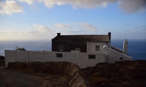 Zdjecie WYSPY ŚW.HELENY (Wielka Brytania) / Płn. część / Half Tree Hollow / Ocean, chmury i domek