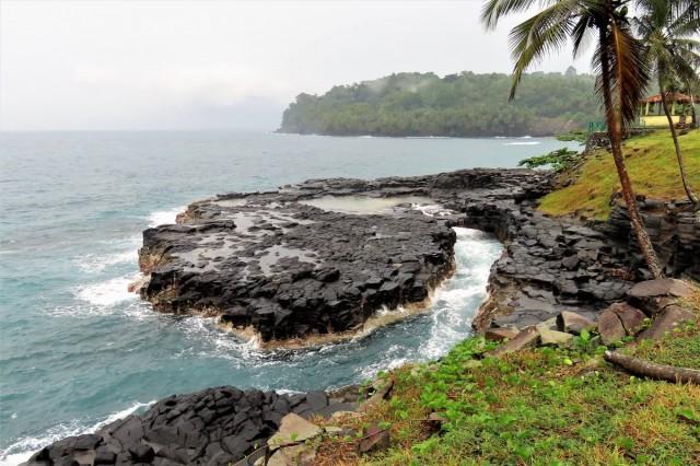 """Zdjęcia: wschodnie wybrzeże, Sao Tome, Formacja """"Piekielne usta"""", WYSPY ŚWIĘTEGO TOMASZA i KSIĄŻĘCA"""