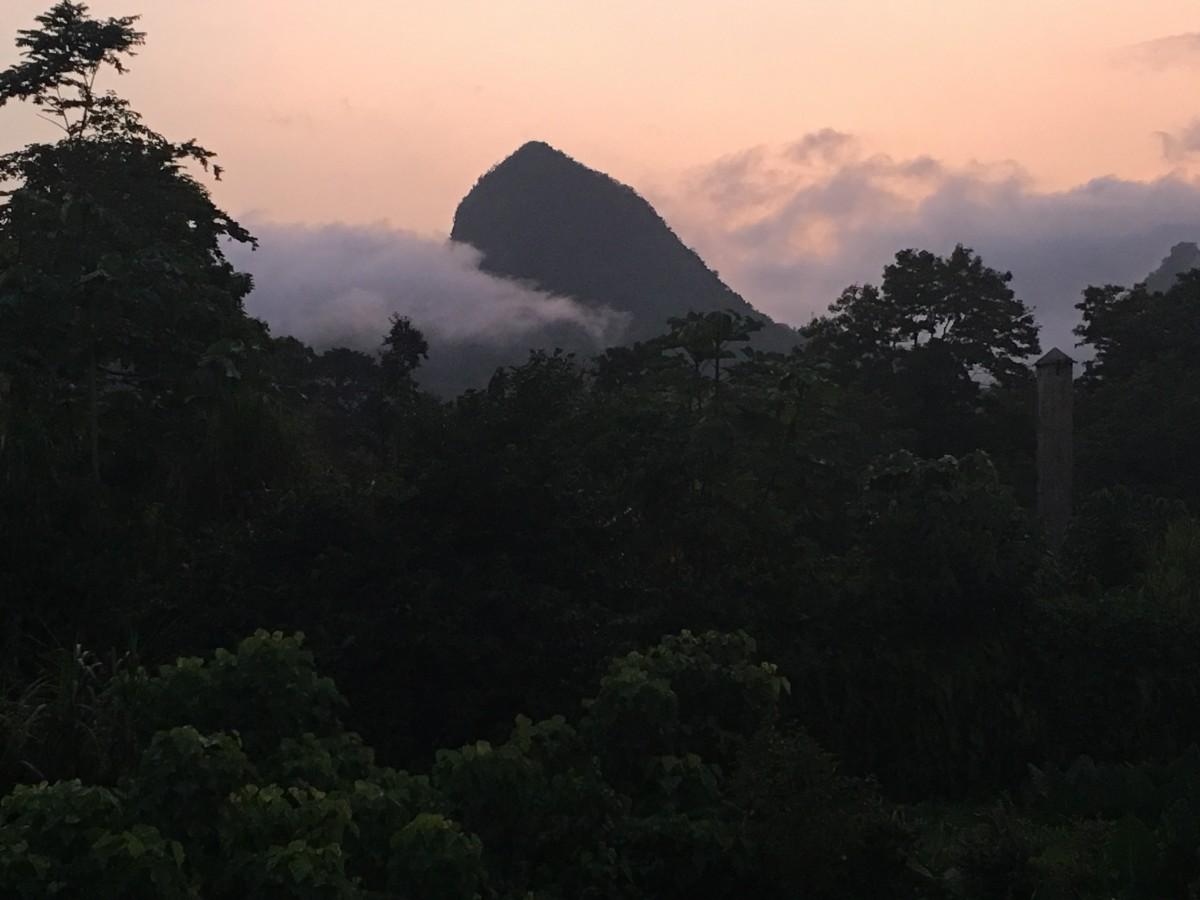 Zdjęcia: Bom Sucesso, Sao Tome, widok na Pico Sao Tome, WYSPY ŚWIĘTEGO TOMASZA i KSIĄŻĘCA
