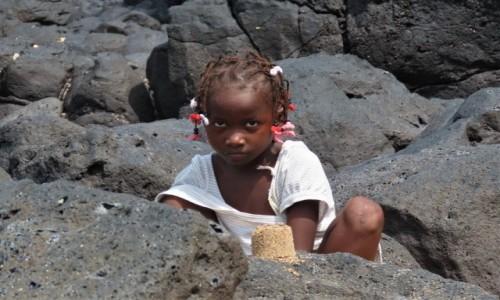 Zdjecie WYSPY ŚWIĘTEGO TOMASZA i KSIĄŻĘCA / Sao Tome / Lagoa Azul / Babka na skałach