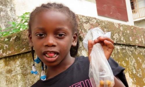 Zdjecie WYSPY ŚWIĘTEGO TOMASZA i KSIĄŻĘCA / Sao Tome / Monte Cafe / Dziewczynka