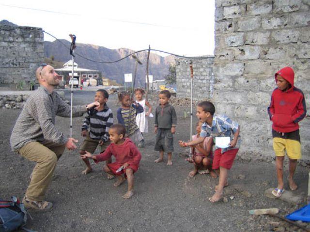 Zdj�cia: Fogo, Wyspy Zielonego Przyl�dka, zabawa z dzie�mi we wiosce Portella, Wyspy Zielonego Przyl�dka