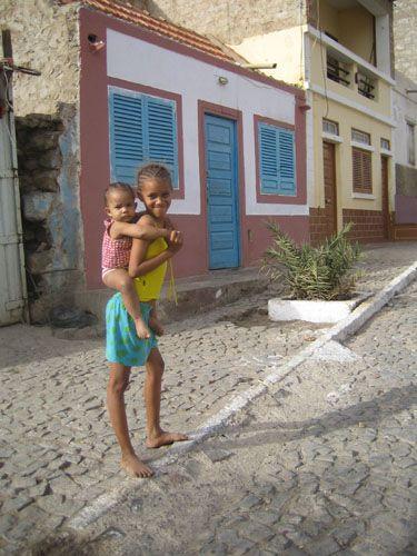 Zdj�cia: Mindelo, Sao Vincente, siostrzyczki, Wyspy Zielonego Przyl�dka