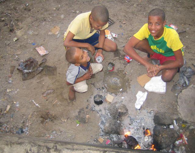 Zdjęcia: Mindelo, Sao Vincente, młodzi hutnicy, Wyspy Zielonego Przylądka