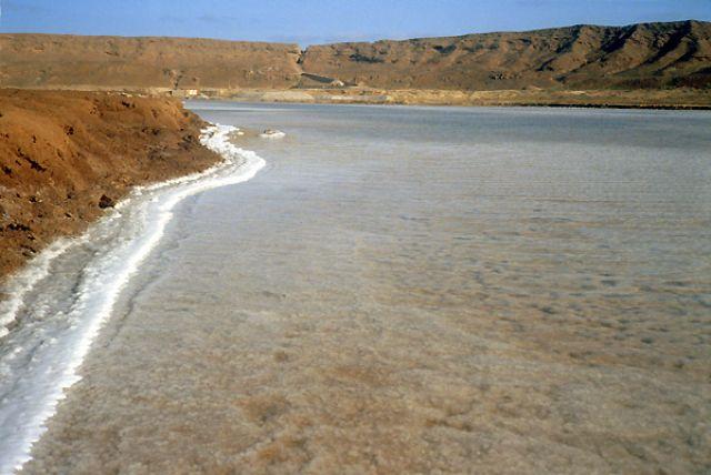 """Zdj�cia: krater w Pedra de Lume, Sal, """"Zmro�ony"""" krater, Wyspy Zielonego Przyl�dka"""