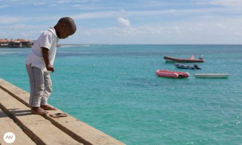 Zdjecie WYSPY ZIELONEGO PRZYLĄDKA / Wyspa Sal / Santa Maria / Dziecko łowiące ryby z pomostu w Santa Maria