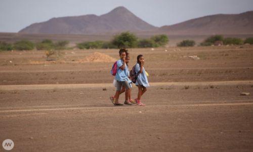Zdjecie WYSPY ZIELONEGO PRZYLĄDKA / Wyspa Sal / Santa Maria / Dzieci idące do szkoły w Espargos