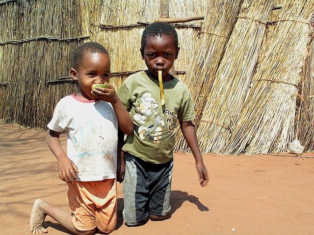 Zdjęcia: wioska Mukuni, okolice Livingstone, Dzieciaki, ZAMBIA