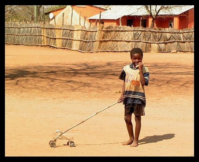 Zdjęcia: wioska Mukuni, okolice Livingstone, Samochodzik - zabawka, ZAMBIA