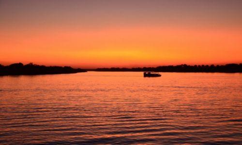 Zdjecie ZAMBIA / Livingstone / Livingstone / Zachód słońca na Zambezi