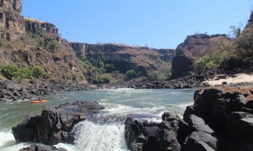 Zdjecie ZIMBABWE / Pół.  zachodnie Zimbabwe / Rzeka Zambezi/ podczas raftingu / Przed kolejnym progiem