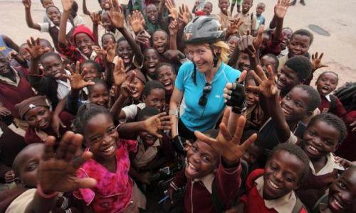Zdjecie ZIMBABWE / - / Okolice Hwange / Dzieci wesoło wybiegły ze szkoły