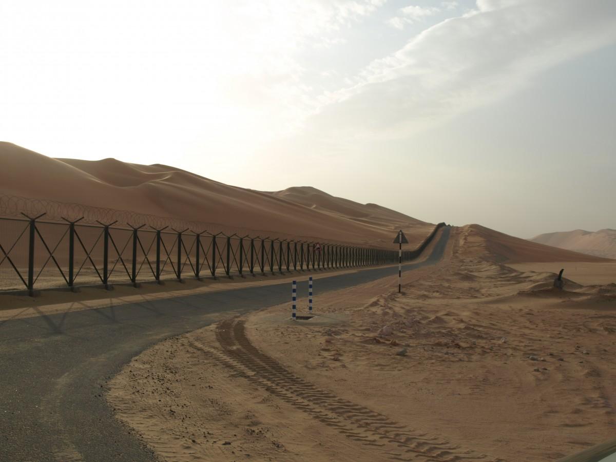 Zdjęcia:  granica ZEA/ Arabia Saudyjska, emirat Abu Zabi, płot na granicy ZEA/ Arabia Saudyjska, ZJEDNOCZONE EMIRATY ARABSKIE