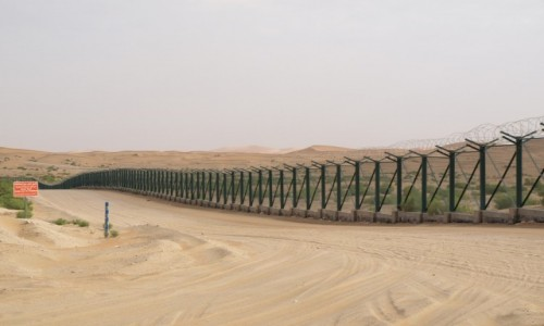 Zdjęcie ZJEDNOCZONE EMIRATY ARABSKIE /  emirat Abu Zabi / granica ZEA/ Oman / płot na granicy ZEA/ Oman