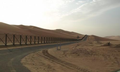Zdjecie ZJEDNOCZONE EMIRATY ARABSKIE / emirat Abu Zabi /  granica ZEA/ Arabia Saudyjska / płot na granicy ZEA/ Arabia Saudyjska