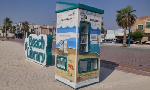 ZJEDNOCZONE EMIRATY ARABSKIE / Emirat Dubaj / Dubaj / Samoobslugowa biblioteka na plazy w Dubaju.