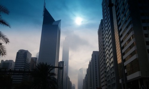 ZJEDNOCZONE EMIRATY ARABSKIE / Emirat Abu Zabi / Abu Zabi / Abu Zabi we mgle.
