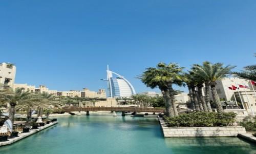 Zdjecie ZJEDNOCZONE EMIRATY ARABSKIE / Dubaj  / Złoty Souk  / Widok na hotel Burj Al Arab Jumeirah