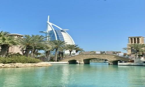 Zdjecie ZJEDNOCZONE EMIRATY ARABSKIE / Dubaj  / Złoty Souk  / Widok na Dubajski Hotel Żagiel