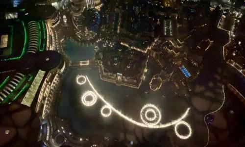 Zdjecie ZJEDNOCZONE EMIRATY ARABSKIE / Dubaj  / Dubaj  / Widok z Burj Khalifa na fontanny nocą